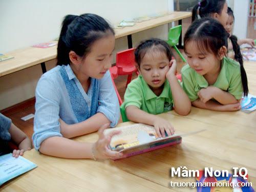 Các em học sinh rất hứng thú học tiếng anh với chị Ngô Thanh Nguyên