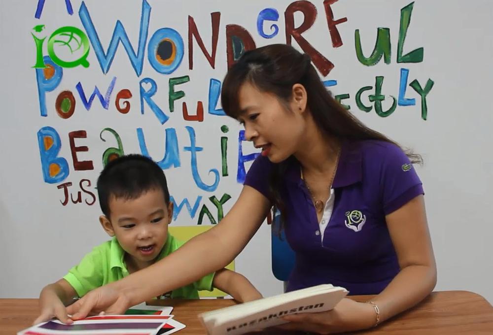 Bé trai 3 tuổi nhớ và đọc tên 40 quốc kỳ trên thế giới bằng tiếng Anh